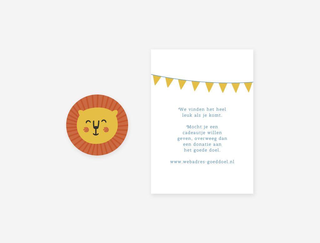 Een vrolijke envelop sticker en cadeaukaartje voor bij het geboortekaartje leeuw.