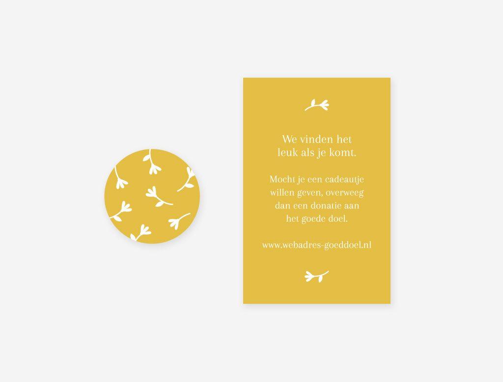 Een oker gele sluitsticker en cadeaukaartje voor bij het geboortekaartje konijntje.